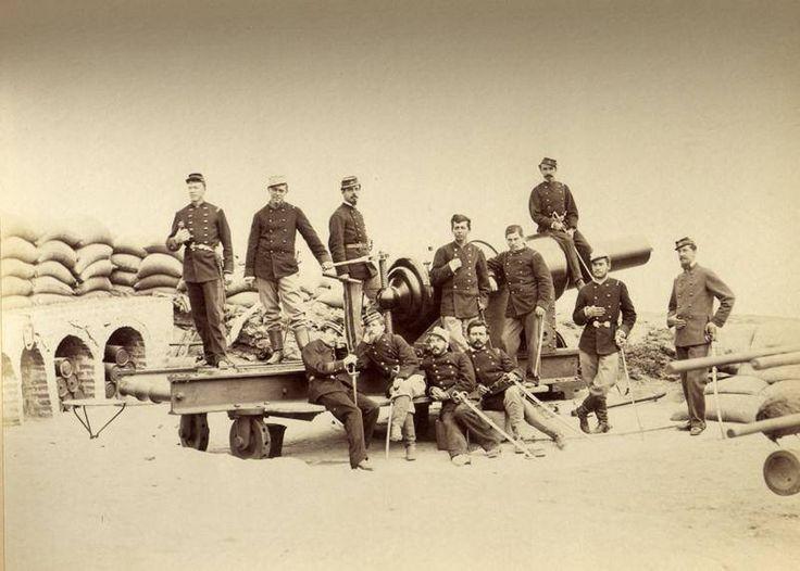 La toma de Arica. Oficiales del regimiento n2 artilleria en el morro de arica 1880. Batería Alta del Morro, Vavasseur de250 lb. Fotografía Díaz & Spencer.