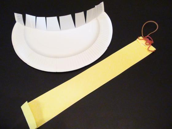 紙皿で作れる、鬼のサンバイザー。 目が見えるので、鬼になりきってお外で思いっきり走り回ることだってできちゃうよ! 節分時期にも楽しめそうな、おもしろ製作遊び。