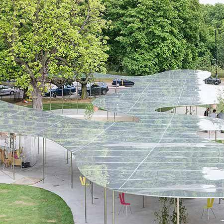 """""""Le pavillon Serpentine est de l'aluminium en suspension, qui progresse librement entre les arbres comme un nuage de fum..."""