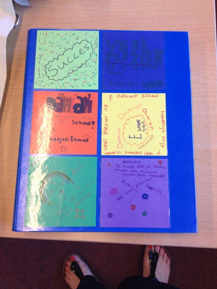 Afscheid kind, map met briefjes van de klas en vriendenboekje in de map