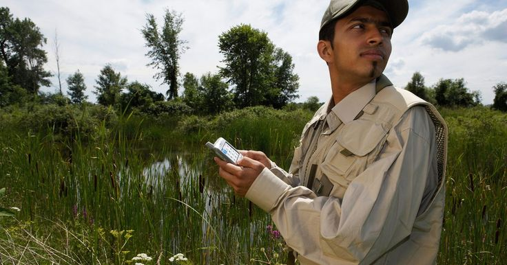 ¿Qué significa GPS asistido?. A partir de la fecha de publicación, muchos teléfonos celulares y teléfonos inteligentes vienen con un sistema integrado de GPS que utiliza una tecnología llamada GPS asistido, o A-GPS, que utiliza una combinación de torre celular y las señales de satélite para la funcionalidad de la navegación. La mayoría de las redes de proveedores inalámbricos ...