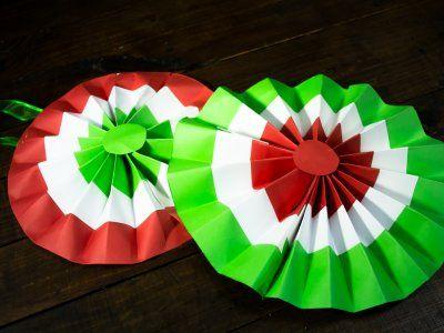 C mo hacer una roseta de papel para fiestas patrias - Como decorar una servilleta de papel ...