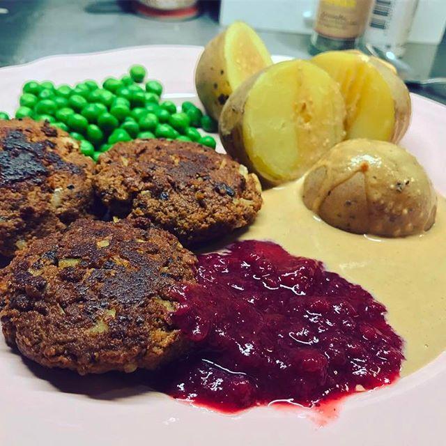 äkta söndagsmiddag: kokt potatis, ärtor, brunsås, lingonsylt och någon form av köttbullar/biffar. Dessa på qournfärs, lök, kryddor och ägg, hur enkla som helst och dessutom vegetariska. En nyttigare brunsås och lågkalori lingonsylt till! recept brunsås: Kvarggrädde, sojasås, köttbuljong, peppar, salt och en klick lågkalori äppelmos  #husmanskost #husman MyRecipe MyFood kvargsås todo