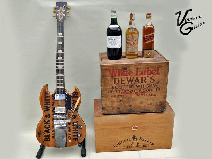 """kleine Whisky Show (vlnr): - 40er Jahre """"Black & White"""" aus US Army Bestand - 50er Jahre Dewar's """"White Label"""" - 60er Jahre Johnny Walker """"Red Label""""  die entsprechenden Kisten: - """"Black & White"""" - bereits zur Gitarre mutiert - """"Dewar's"""" - momentan in Arbeit - """"Johnnie Walker"""" - nächstes Projekt"""