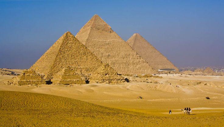 Necropoli di Giza, Antico Regno III Millennio. Composta da tre piramidi una per ognuno dei seguenti re: Cheope, Chefren e Micerino. Inoltre, sempre dedicata a Chefren, in questa stessa zona si trova la famosa Sfinge.