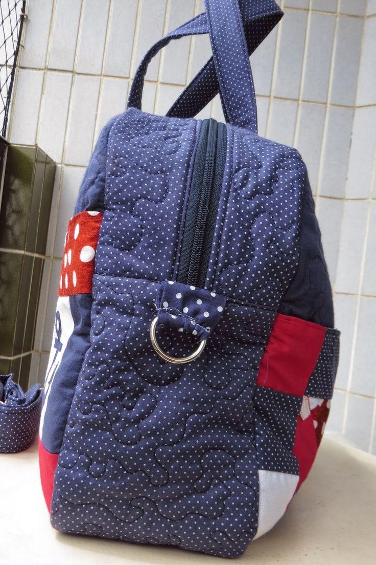 Comecei fazer essa bolsa quando ainda estava grávida, minha máquina quebrou, fiquei sem costura, depois ganhei uma bolsa linda de uma ami...