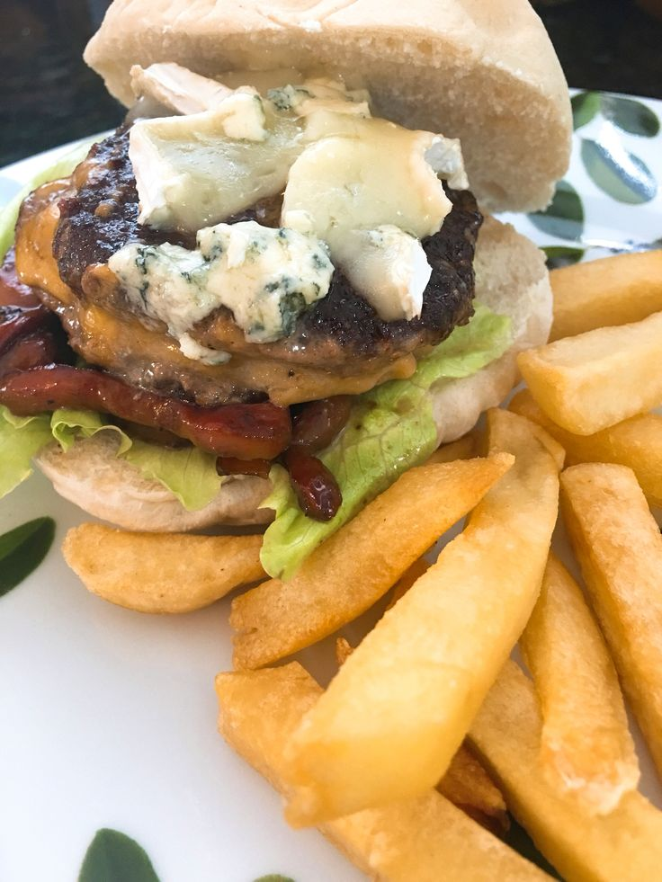 Hamburguer  filled with Monterrey jack topped with Brie and blue cheese, balsamic peppers and Arab bread