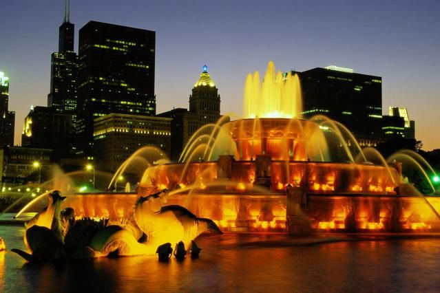 8 Must-See Tourist Attractions in Chicago: Buckingham Fountain