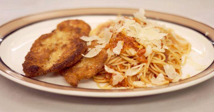 Voorgebakken brood is een interessant alternatief om zelf paneermeel te maken. Jeroen geeft er dunne lapjes kipfilet een krokant laagje mee. Deze schnitzels komen op de borden terecht in het gezelschap van spaghetti in een verse tomatensaus.