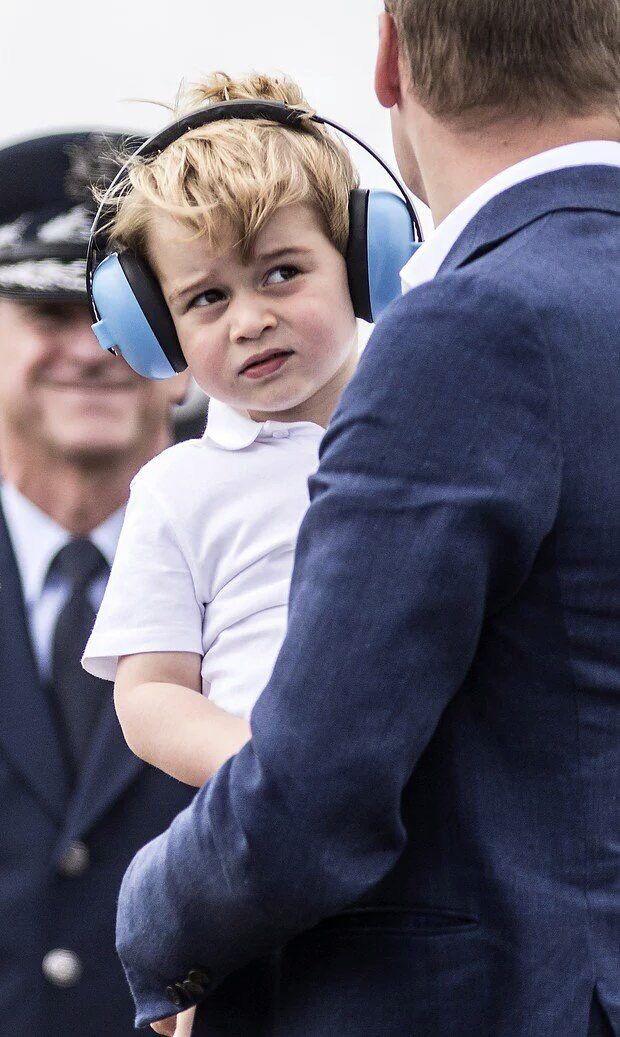 Príncipe George em evento da força aérea britânica, mais uma vez, roubando a cena.