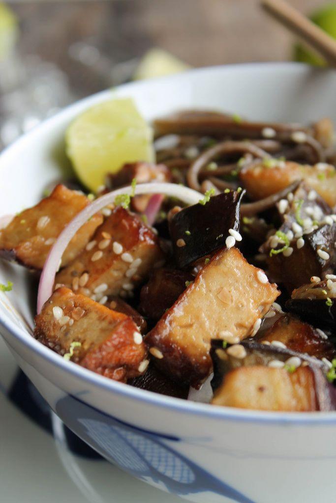 Nouilles soba sautées aux aubergines {vegan} - Ingrédients : 1 paquet de nouilles soba, 2 aubergines, 2 gousses d'ail, 1/2 oignon rouge, huile de sésame...