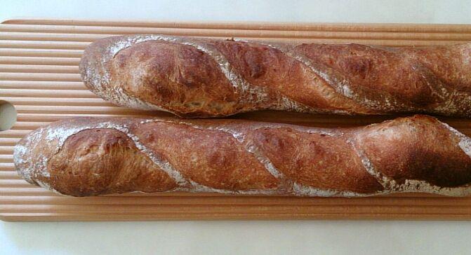 「今日はバゲットトラディショナルを焼きましたフランスパン いつものように微量のイーストで 一晩ゆっくり室温発酵。  今回は カンパーニュに使う 自家製酵母ルヴァン種 を10%(40グラム)入れてみました。 粉は ドヌール 塩は 伯方の塩 そしてもちろん水は超硬水エパー」りんごパンのブログさんより   #エパー #hepar #超硬水 #硬水 #パン #ハードパン #手作りパン #超硬水エパー