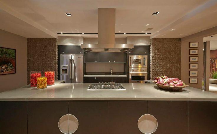 Cozinha Ilha Grande - Cozinha Bola da Ornare com acabamento em laminado preto Nero com ilha é o gra