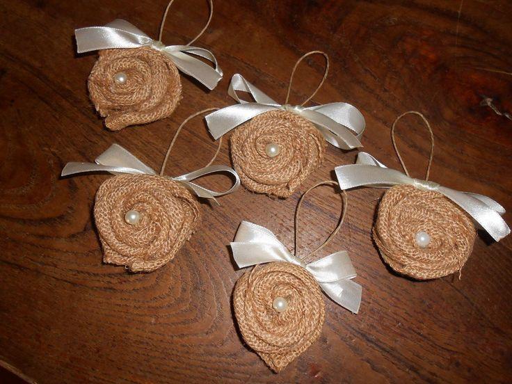 Decorazioni natalizie a forma di roselline in tela juta con cuore di perla., by Le gioie di  Pippilella, 12,00 € su misshobby.com