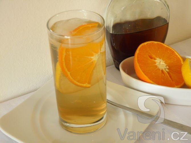 Recept na zázvorový sirup, ze kterého si kdykoliv můžeme připravit osvěžující a jemně pikantní limonádu. Výborně chutná s citronovou šťávou a ledem.