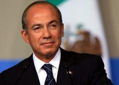 Dona Felipe Calderón su pensión a niños con cáncer