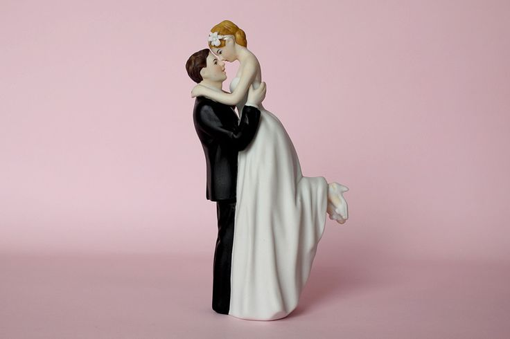 Brides & Smiles comenzó en 2010 a importar productos para tortas desde Canadá, instalando la idea de que los muñecos que adornan una torta pueden tener afinidad con la pareja reflejando en sus diseños la personalidad de los novios.  Para conocer las opciones y comprar, se puede visitar brides-smiles.com o concertar una entrevista al (011) 4779-0623.