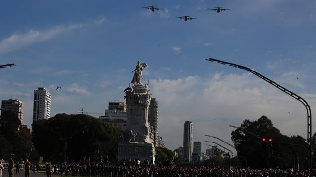 En fotos: las mejores imágenes del desfile militar por el 25 de mayo  Miles de efectivos de las fuerzas armadas y bandas de música participan de la celebración por el 25 de Mayo. Foto: LA NACION / Ricardo Pristupluk