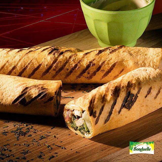 Детям тоже необходимы правильные, полезные перекусы! Овощные галеты с курицей в тортилье - отличный вариант для обеда в школе✅ Тут и белки, и углеводы, и овощи - все что надо для растущего организма📝  ИНГРЕДИЕНТЫ:  Овощные галеты «Зеленый букет» из зеленой фасоли, шпината и брокколи, Bonduelle 1 упаковка (300 г) Филе куриное 200 г Тортилья мексиканская 4 шт. Салат айсберг 0.5 кочана Лук красный 0.5 шт. Сметана 150 г Свежий укроп 5 веточек Масло оливковое 2 ст. л. Соль морская по вкусу…
