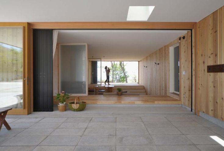 リビングを介してテラスを見る(風景に住む  −小諸のK-House) - アウトドア事例|SUVACO(スバコ)