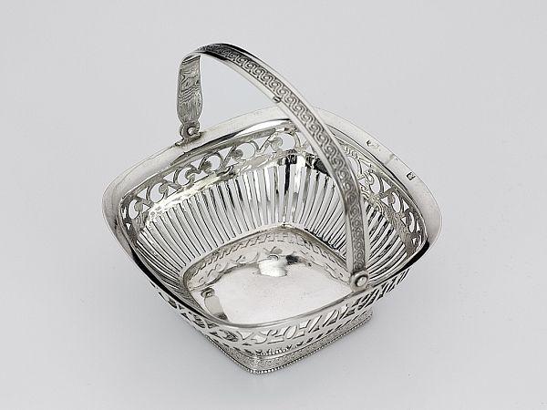 Zilveren kluwenmandje uit 1838 - Hollands zilveren kluwenmandje met hengsel  2e gehalte Afmeting 7,6 x 8,1 cm , 3,3 cm hoog (excl. hengsel)  Gewicht 42 gram  Jaarletter D = 1838
