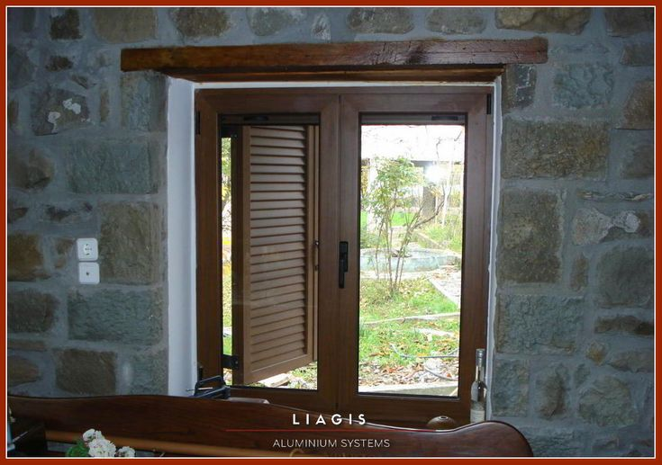 Παραδοσιακά παράθυρα αλουμινίου με παντζούρια σε χρώμα ξύλου