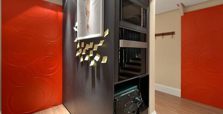 Na cozinha, projetada pelo designer de interiores Johnny Thomsen, as paredes vermelhas e os eletrodomésticos modernos deixam o décor bem urbano.