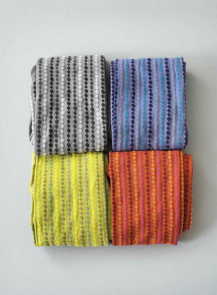 Frühjahrskollektion 2014 - Die hübsch gemusterte Strumpfhose hat ein dichtes, vertikales Rautenmuster aus verschiedenfarbigen Streifen.