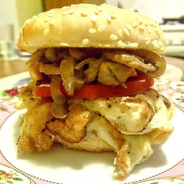 """Гамбургер """"Растижопка по-домашнему"""" 😂 сидели со своим и скучали, подумали,а почему бы и не приготовить гамбургеров) в этом экземпляре жареные шампиньоны с луком, жареное яйцо, жареная курица, помидорка, кетчуп и плавленный сыр) нямка и пофиг,что штаны скоро перестанут застегиваться 😀 зима близко! #гамбургер #еда #фастфуд #food #foodporn #hamburger #fastfood #homemadefood  Yummery - best recipes. Follow Us! #foodporn"""