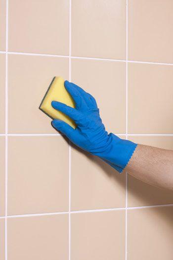 DIY Ceramic Tile Cleaner:   Haga su propio Limpiador de ceramica Necesitarás: 1/4 de taza de bicarbonato de soda 1 taza de amoniaco 1/2 taza de vinagre blanco 4 litros de agua tibia Combine todos los ingredientes en un cubo, revolviendo bien hasta que el bicarbonato de sodio se disuelva por completo. Aplique la solución de limpieza con un cepillo o esponja exfoliante. Frote suavemente, o dejar la solución durante unos minutos para aflojar la suciedad. Enjuague bien con agua limpia.