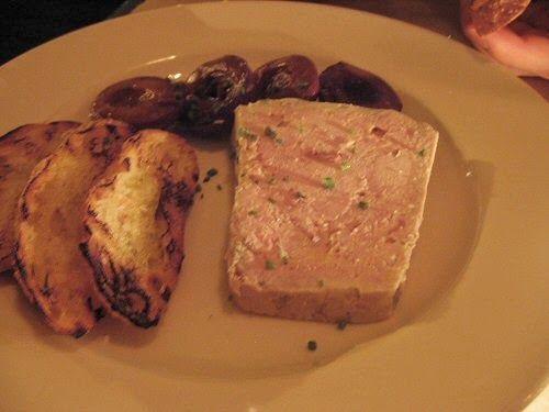 Cuisinez une délicieuse terrine au foie de veau, en utilisant des restes de gras de jambon. Un pâté parfumé aux oignons et à la pomme.  ...