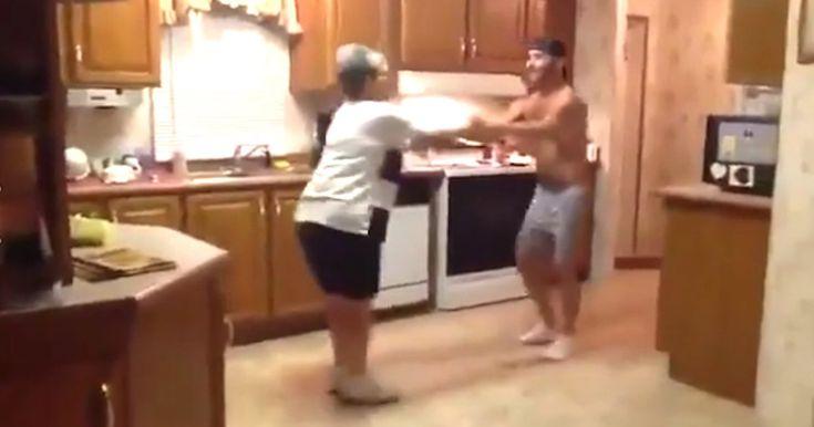 Mor tager fat i sin søns hånd. Men hold øje med deres fødder, når musikken starter. Vidunderligt!