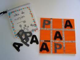Letters van papier, eventueel in een rondje, zodat uitknippen makkelijker gaat voor jongste kleuters.