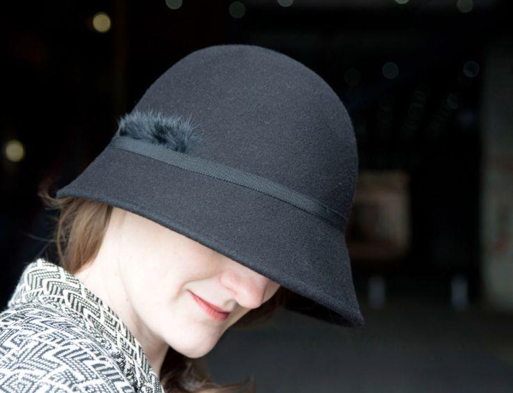 WAW - Chapeaux & Headbands. CL AS 02 Chapeau cloche noir asymétrique.