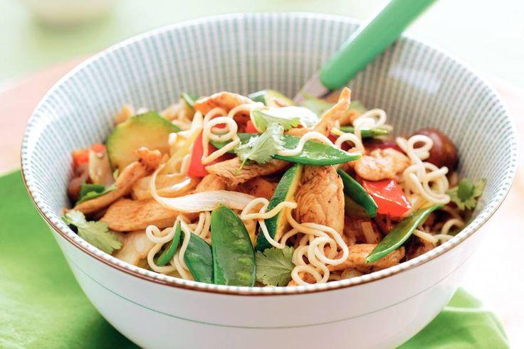 Roergebakken noedels op z'n Japans || woknoedels, olie, kipfilet, (Japanse) sojasaus, Japanse wokgroenten, koriander