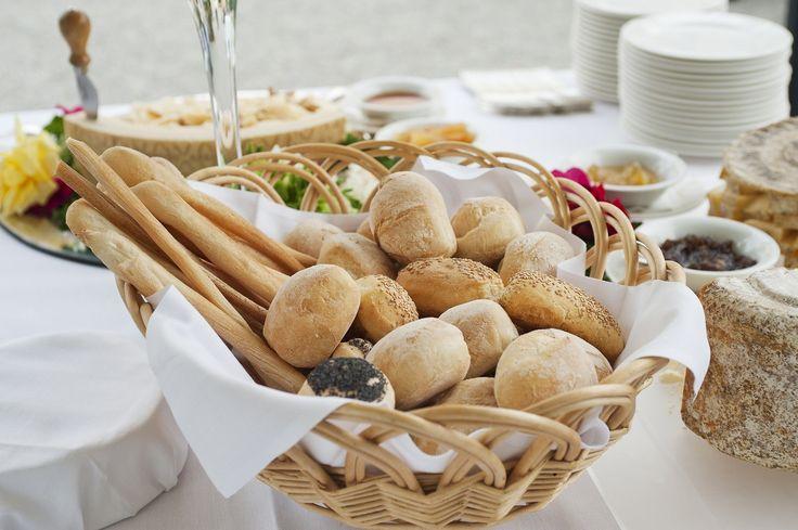 その10. 人気のちぎりパン☆スキレッドブレッド スキレットブレッドなら、あつあつのパンを食べられます☆お皿の数の心配をしなくていいですね。みんなでちぎってパクパク♪写真のように真ん中にソースをいれてディップしながら食べるスタイルにすれば、パーティーのメインディッシュにもなりますよ。その11. アートのようなお花コーデ バゲットとトッピングを同じ大皿に盛り付ける時は、こんな風にお花のようにすると、見た目にもボリュームがでます!パストラミやトマトなどを中央にのせるとアクセントになりますね。キレイなお花のかたちに飾るにはバゲットもたくさん必要なので、大人数があつまるパーティーにおすすめです。 その12. サンドウィッチでケーキ! パーティーといえば、欠かせないアイテムがケーキですよね!こちらはサンドウィッチで作った特別ケーキ♪お好みの具材をパンには挟んで、海老やサーモンなどでデコレーションします。彩りも豊かでキレイなケーキの出来あがり!インパクトも抜群ですね☆パンでおしゃれパーティーしましょ image by iStockphoto…