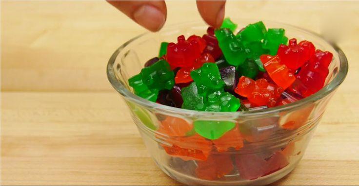Cui nu-i plac ursuleții din jeleu cu aromă de fructe? Aceste delicii gumate sunt adorate de cei mici și mari, fiindcă sunt delicioase și foarte aromate, dar cine ar fi crezut că aceste jeleuri gumate pot fi preparate foarte simplu acasă, fără zahăr și aditivi nocivi. Echipa Bucătarul.tvvă oferă o rețetă sănătoasă de jeleuri de …