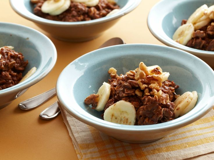 """Hot Chocolate"" Banana-Nut Oatmeal recipe from Food Network Kitchen via Food Network. ETA: totaal 250ml vocht (1/2 amandelmelk en 1/2 water); 40 gram havermout; cacao-nibs ipv chocolatechips"
