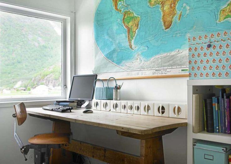 GJENBRUK PÅ ARBEIDSPLASSEN: Dette hjemmekontoret har smarte, små bokser for oppbevaring av småting, og større bokser for store ting. Verdenskartet på veggen er et gammelt skolekart, og fungerer nå som veggkunst.