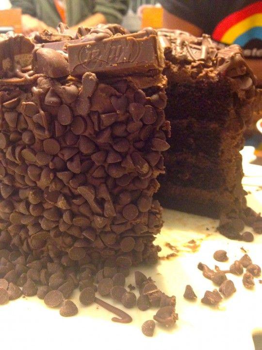 Super Bolo de Chocolate com beijos Hershey, Kit Kat e Twix