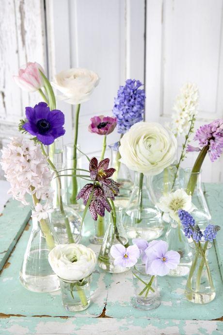 Et blomsterbrus på bordet