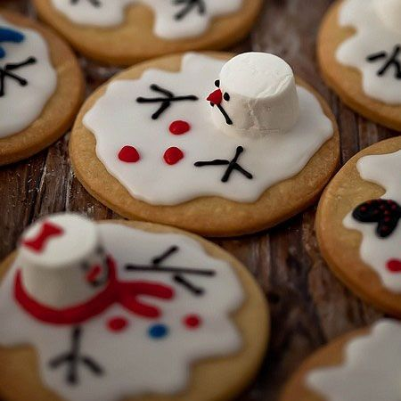 These adorable melting snowman cookies are a must-do this winter! Can't wait to serve them at a holiday party. #Party #cookies #YUMMY #Cute