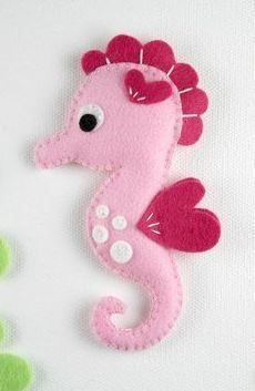Felt Seahorse Toy - Sewing Pattern via Makerist.com #sewingwithmakerist #sew #sewing #sewkindofwonderful #sewingpattern #sewinginspiration #diy #handmade #homemade #sewingprojects #sewingtutorial #felt #toy #sea #ocean #fish #seahorse