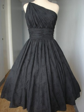 Gorgeous Black Gown.  Bringing back the style of the 50's...with a modern twist.  Sooooo gorgeous.