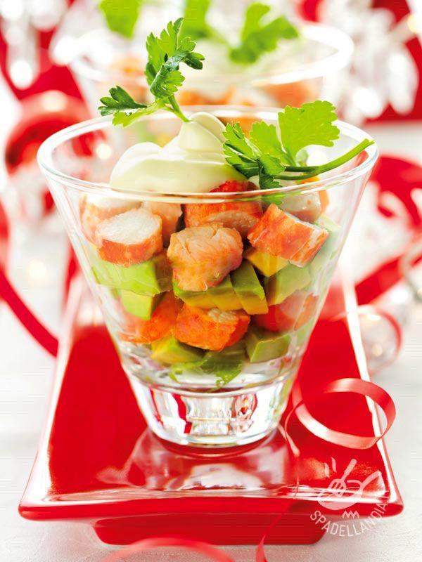 Avocado and crab salad - L'Insalata di avocado e granchio è un antipasto raffinato che unisce al sapore di mare della polpa di granchio l'irresistibile gusto dell'avocado! #insalatadiavocadoegranchio