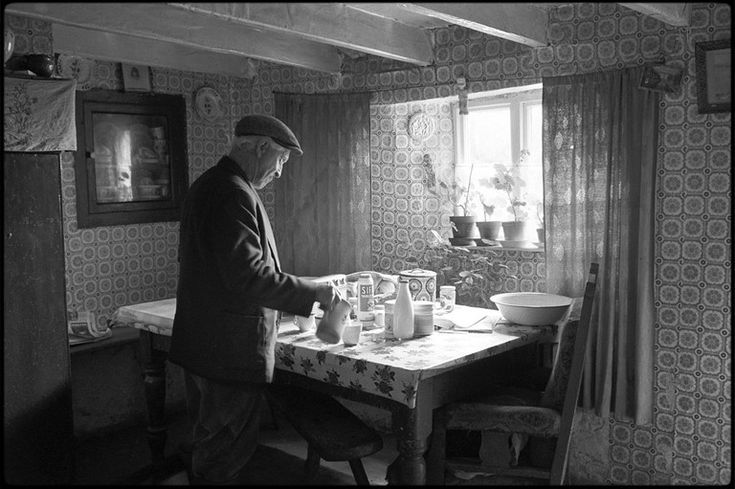 Wilfie Spiers pouring tea, Beaworthy, Beamsworthy, Mount Pleasant, May 1984.  Photograph by James Ravilious © Beaford Arts