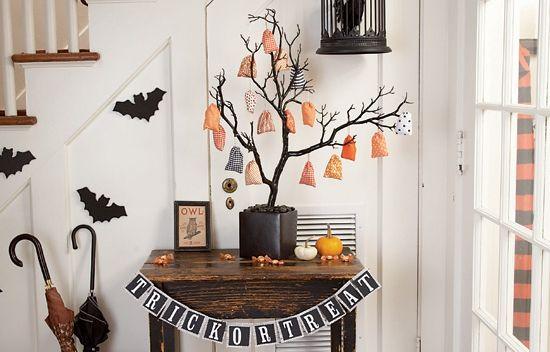 Deşi este o sărbătoare importată din străinătate, Halloweenul este o ocazie minunată pentru a ne distra. Dacă găzduiţi o petrecere de Halloween sau pur şi simplu doriţi să aveţi casa decorată tematic, iată câteva sfaturi.