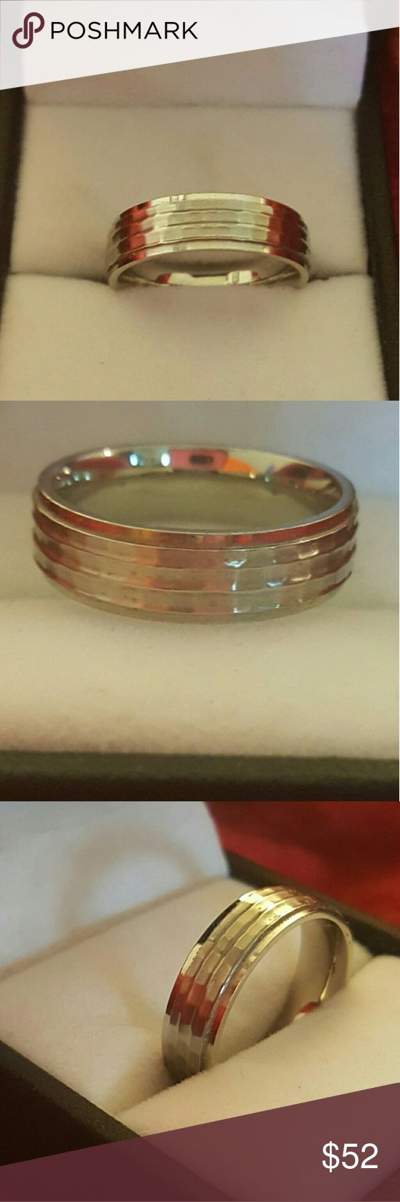 SPRING SALE STERLING SILVER WEDDING BAND VERY BEAUTIFUL WEDDING BAND STERLING SILVER 925 CLEANING OUT MY JEWELRY BOX HAD FOR ABOUT THREE YEARS IN GOOD CONDITION NO CRATCHES BOUGHT AT KAY JEWELRY  (SIZE 8) Kay Jewelers Jewelry Rings