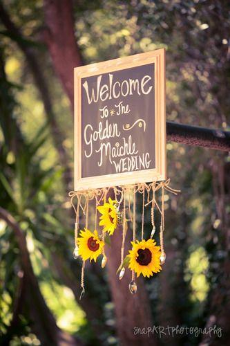ガーデンウェディングで真似したい吊り下げボード♡ 黄色のウェルカムボードまとめ。センスがいい結婚式のウェルカムボード一覧。