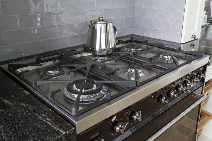 Freestanding cooktop. Traditional kitchen. www.thekitchendesigncentre.com.au